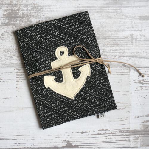 protège carnet undeuxcroix - entièrement personnalisable dans le choix du tissu, de la couleur de la croix et du système de fermeture (cordon en suédine doré ou par pression)
