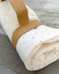 Tapis à langer nomade - gaze de coton BLEU PAON à pois or